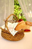 Table setting with bread basket with win — Stock Photo