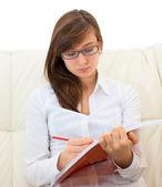 十几岁的女孩中读取 — 图库照片