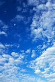 多云美丽的蓝色天空 — 图库照片