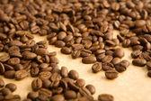 Granos de café sobre papel — Foto de Stock