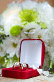 Wedding rings in a decorative box — Stock Photo