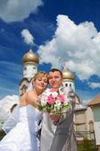 Novomanželský pár na kostel — Stock fotografie