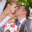 Wedding couple kises — Stockfoto