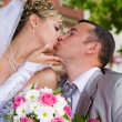 Wedding couple kises — Stock Photo