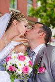 Wedding couple kises — Stock Photo