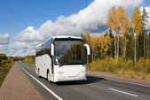 Karayolu üzerinde beyaz turist otobüsü — Stok fotoğraf