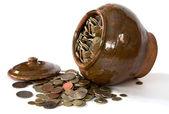 Panela de barro com tampa e moedas antigas — Foto Stock