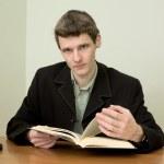 człowiek czyta książki — Zdjęcie stockowe #2268470