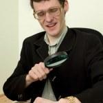 persoon weergeven een horloge door een vergrootglas — Stockfoto #2268836