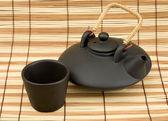 Black ceramic chinese teapot and mugs — Stock Photo