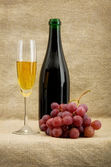 Champagnefles, goblet, druiven — Stockfoto