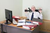 Satisfecho de sí mismo trabajador de oficina armado — Foto de Stock