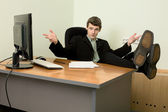 Sporgenza in abito nero su un posto di lavoro — Foto Stock