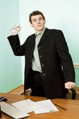Director en un lugar de trabajo con papel — Foto de Stock