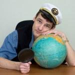 hombre con gorra de uniforme con globo — Foto de Stock