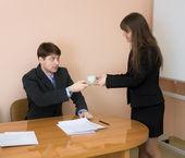 Sekretarka daje kubek do szefa — Zdjęcie stockowe