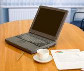Laptop auf dem tisch im büro — Stockfoto