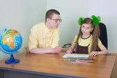 女の子と色の鉛筆と弟 — ストック写真