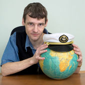 Man with the globe and a cap — Stock Photo