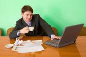 在工作场所用的笔记本电脑上的商人 — 图库照片