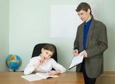 教師とタブレットを持つ少女 — ストック写真