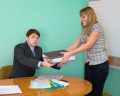 γραμματέας δίνει ένα φακέλους στον προϊστάμενο — Φωτογραφία Αρχείου