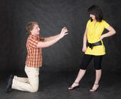 Man is kneeling to the young woman — Stock Photo