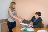 секретарь дает папки начальнику — Стоковое фото