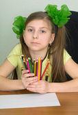 手の中の色の鉛筆を持つ少女 — ストック写真