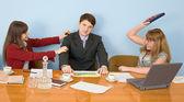Equipo de negocios se sienta en la mesa — Foto de Stock