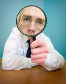 拡大鏡で面白い — ストック写真