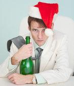 Ragazzo ubriaco e stanco in giacca bianca con bottiglia — Foto Stock