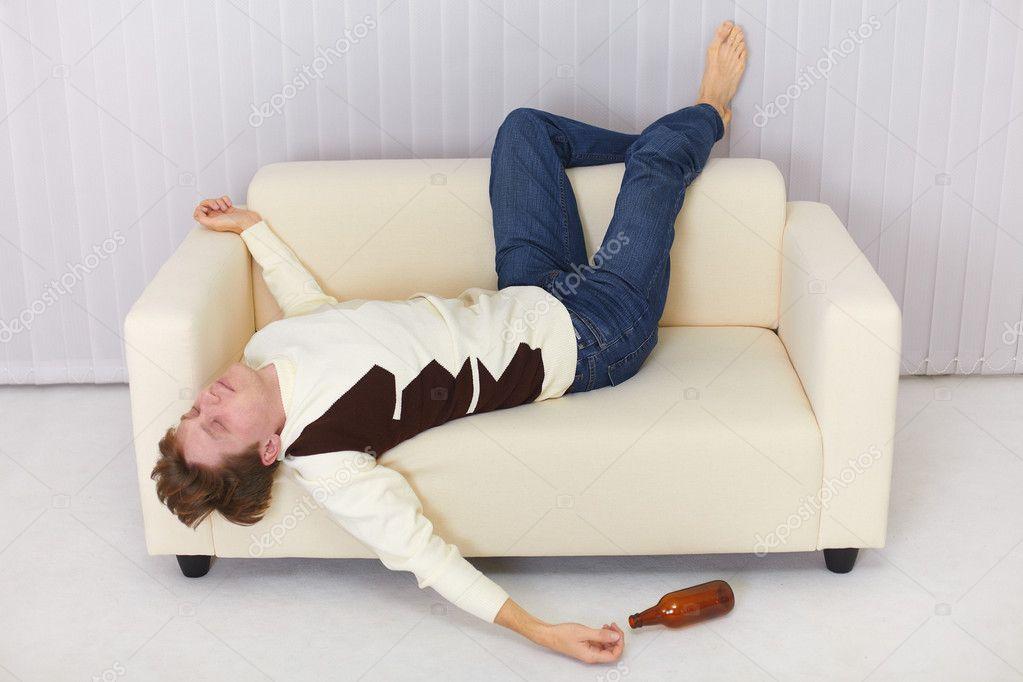 Реклама две подружки на диване пьютпиво и одна за 800 роблей грызет у другой на ноге ноктпи педикюр фото 13 фотография
