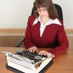 genç kadın daktilo ile çalışır — Stok fotoğraf