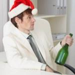 joven borracho celebra el año nuevo con vino bot — Foto de Stock