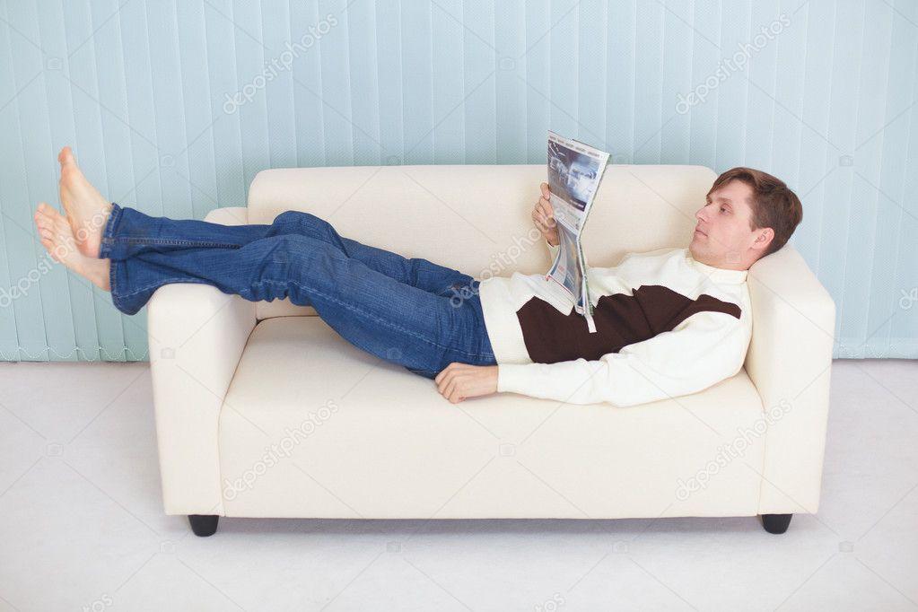 Фото мужик лежит на диване 6 фотография