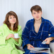 Young couple watching TV on sofa — Foto Stock