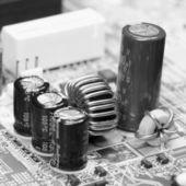 Componentes electrónicos en la placa madre vieja — Foto de Stock