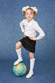 Flickan satt sin fot på världen som en boll — Stockfoto