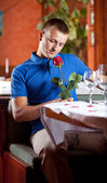 Man expecting girlfriend at restaurant — Stockfoto