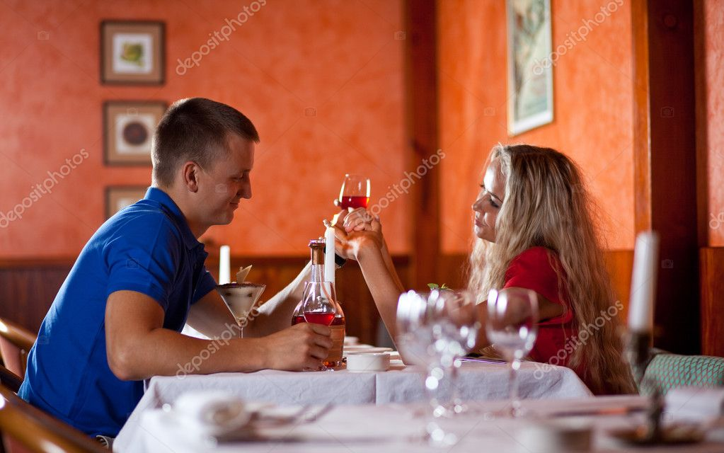 The men and  women on romantic dating at restaurant — Stock Photo #1059871