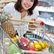 Young woman in the supermarket - 图库照片