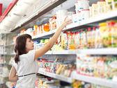 女性はスーパー マーケットで食品を選択してください。 — ストック写真