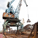 Industrial grabber the crane loads scrap — Stock Photo