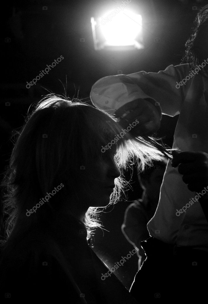 Silhouette of a women having her haircut                                 — Stock Photo #1026146
