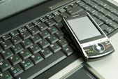 ラップトップ上でのモバイル — ストック写真
