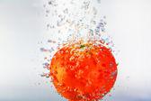 Pomidor w wodzie — Zdjęcie stockowe