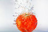Tomato in water — Stock fotografie