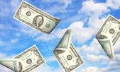 Peníze a obloha — Stock fotografie