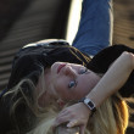 jovem mulher deitada no trilho — Foto Stock